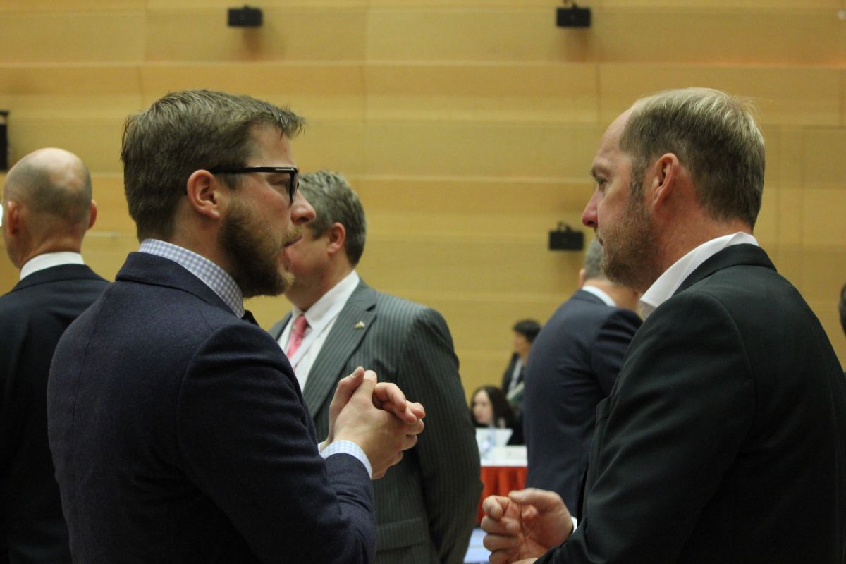 Dutch delegates discuss before the Plenary